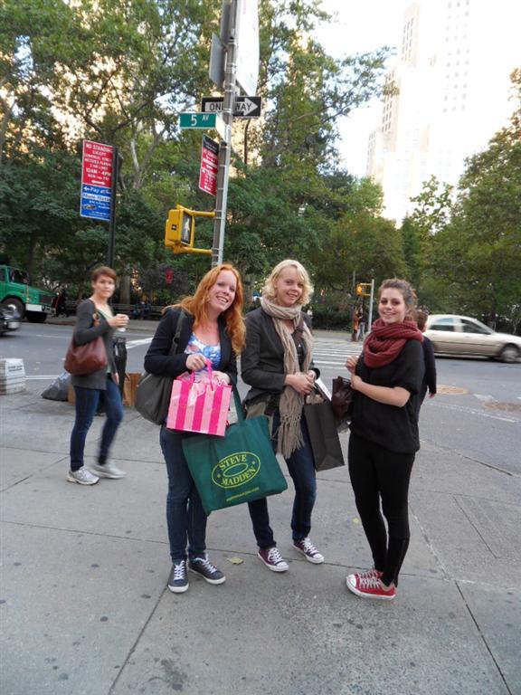 Petra, Aukje en ik aan het shoppen