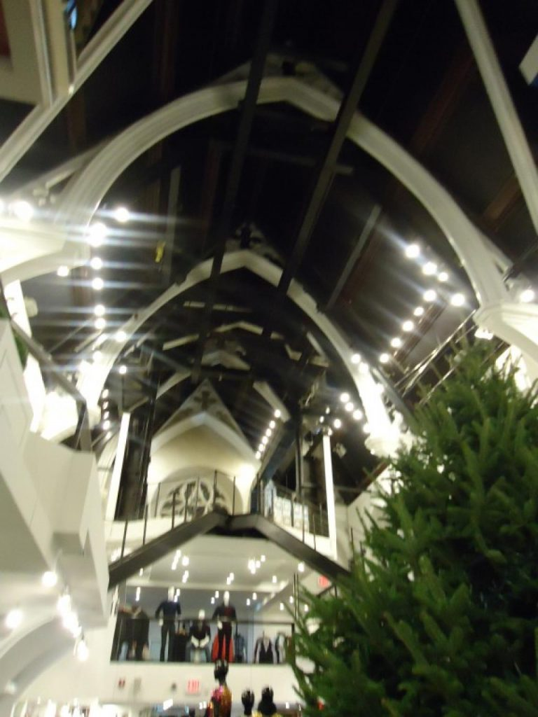 Kerk met winkels