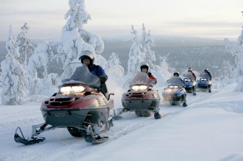 Mensen op een sneeuwscooter in Lapland