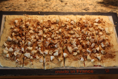 Apple Cinnamon Pull Apart Bread. Snijd het deeg in zes repen.