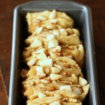 Apple Cinnamon Pull Apart Bread. Leg de repen op de zijkant in de bakvorm,