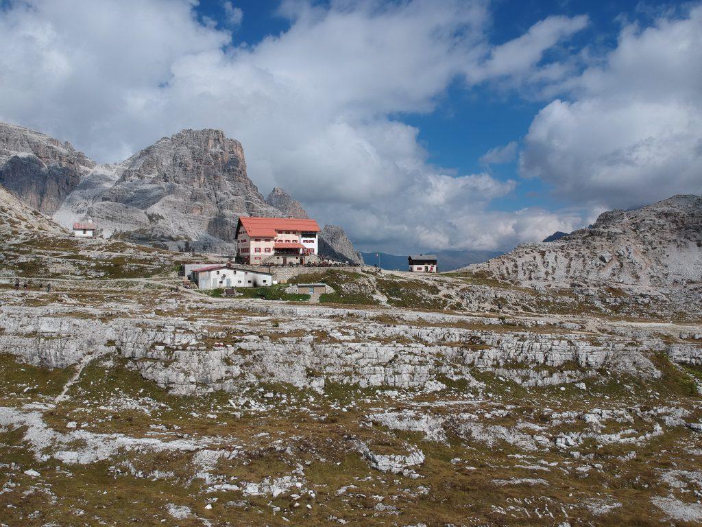 Hut bovenop berg met uitzicht op de Tres Cime