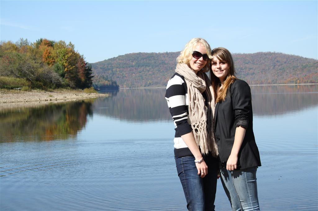 Laura en Aukje bij meer