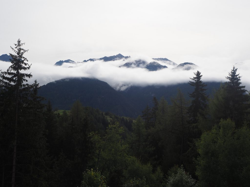 Mist boven de bergtoppen in Serfaus