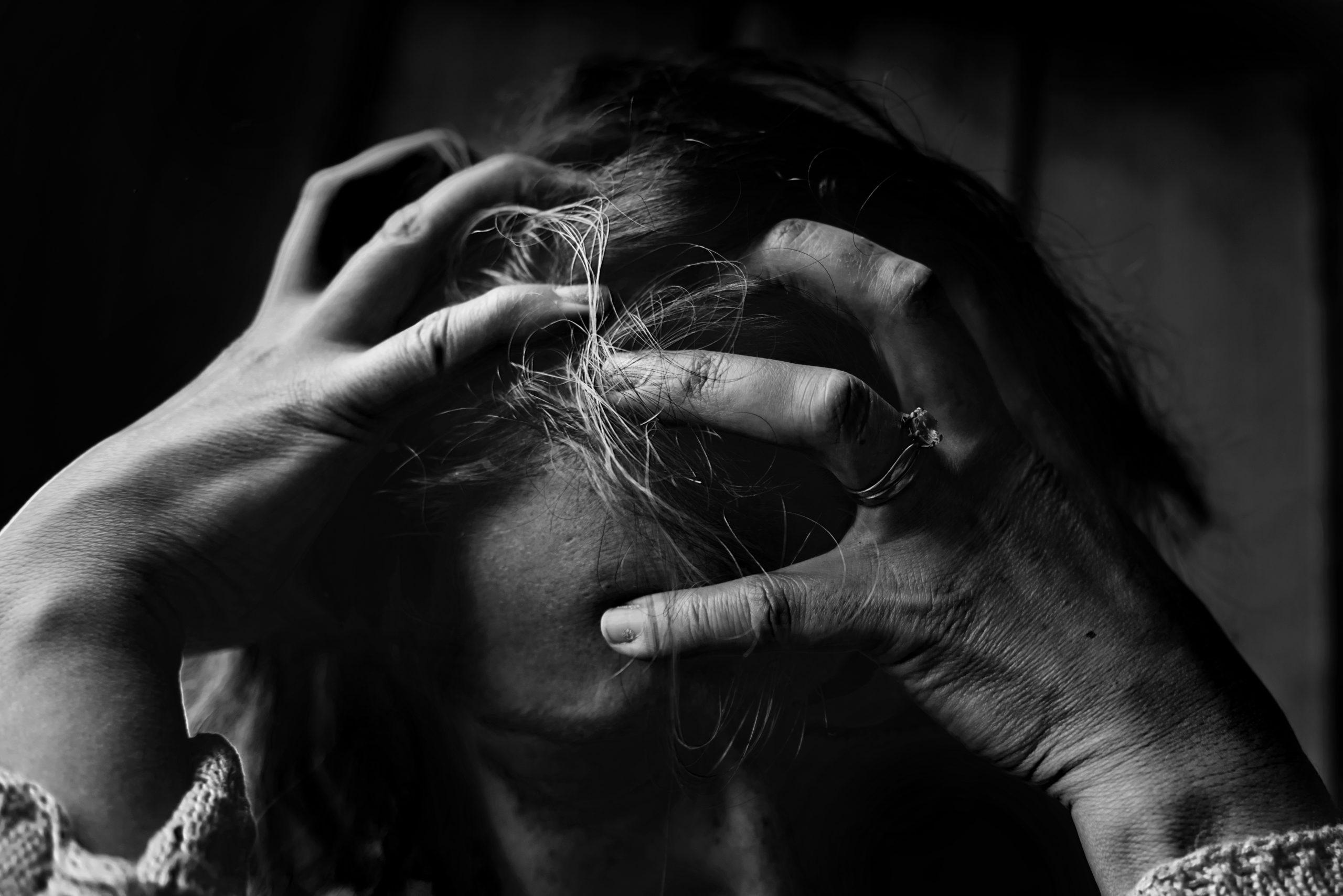 Hoofdpijndossier - Elke dag hoofdpijn - Vrouw met de handen in het haar