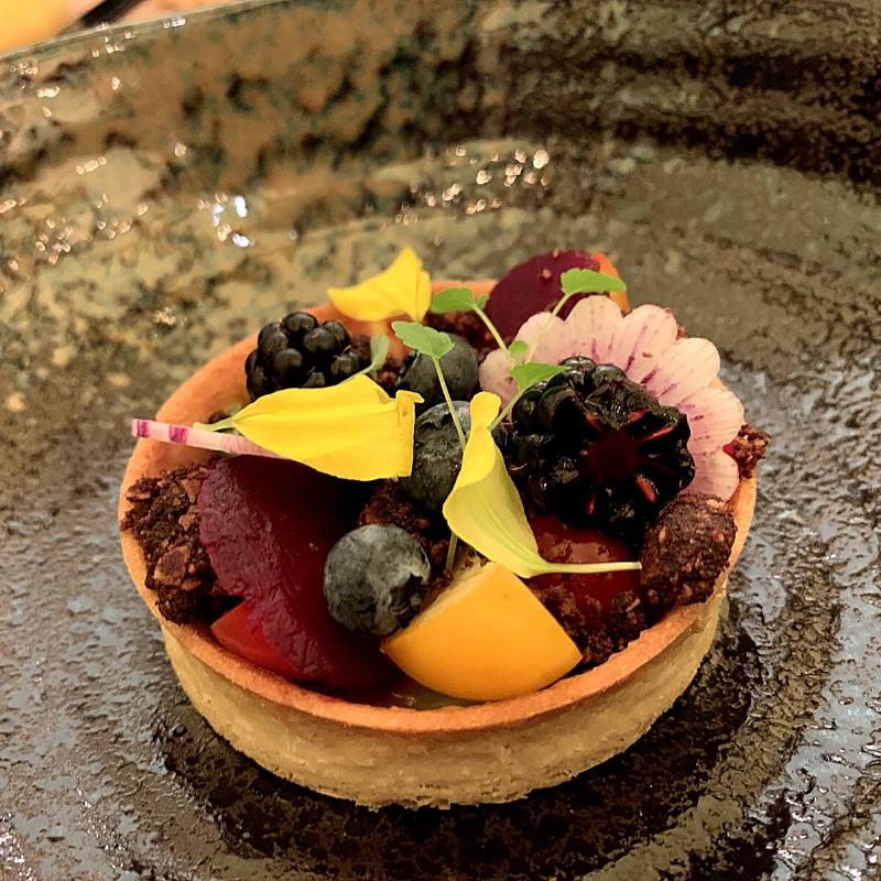 Ons favoriete gerecht - Het moestuintje. Een zandtaartje met een aarde van chocolade en pesto, fruit en groentes. Een perfecte mix van zoet en hartig.