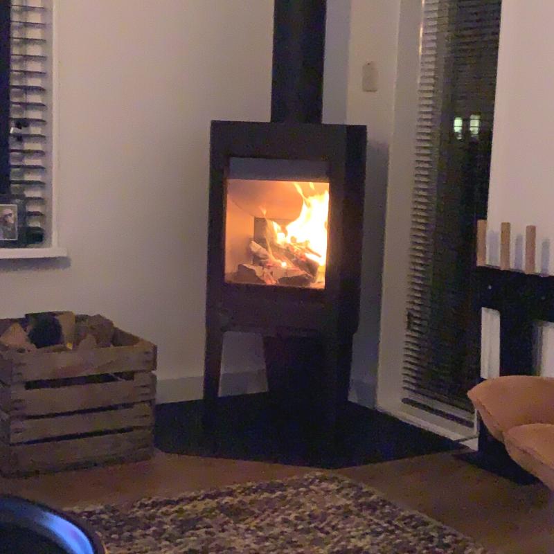 Onze houtkachel - De Jotul. Brandend in de woonkamer.